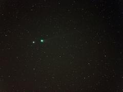 Ladányi Tamás felvétele még az október végi kitörés előtt készült. A felvételen a SWAN (C/2006 M4) üstököstől balra a gamma Boo látható. (Nemesvámos, 2006.10.17., 18:03 UT, 2,8/200 Canon L tele, Canon EOS 300D átalakítva, ISO 800, egy