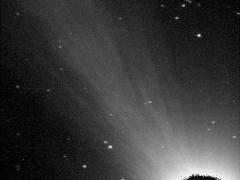 A kóma és a csóva Tuboly Vince felvételén (Hegyháti Csillagvizsgáló, 2006.10.25. 17:30 UT, 50 cm-es RC-teleszkóp, FLI CM-9-es CCD kamera)