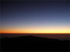 Haragos narancssárga égbolt naplemente után a Paranalon
