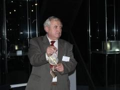 Vladimir Bahyl egy arab asztrolábiumot ismertet