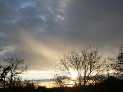 Lebukó Nap fénye a felhőkön