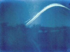 Urbán Péter első szolárgráf felvétele, amelyet Jászapátin készített a kertjük végében. A kamera majdnem pontosan keleti irányba nézett és 3 héten át exponált.