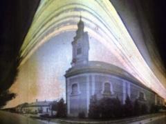 Bajmóczi Györgytől az alábbi figyelemre méltó felvételt kaptam, melynek a színei is érdekesek és tökéletesen, élesen kivehető rajta a templom is. A felvétel kifejezetten művészi, megállná a helyét a nemzetközi (ha létezik ilyen?) szolárgráf felvételek között is :-) György az alábbi leírást küldte a felvétel mellé:  Bicske templom 2013.07.12-09.02. A templomot augusztus végén elkezdték felújítani, így az állványozás miatt kénytelen voltam hamarabb beszedni a kamerát. A szkennelés után a kép nem volt kontrasztos, alig látszott rajta valami, fixálás után a kép sokat javult, bár a színek elvesztek.