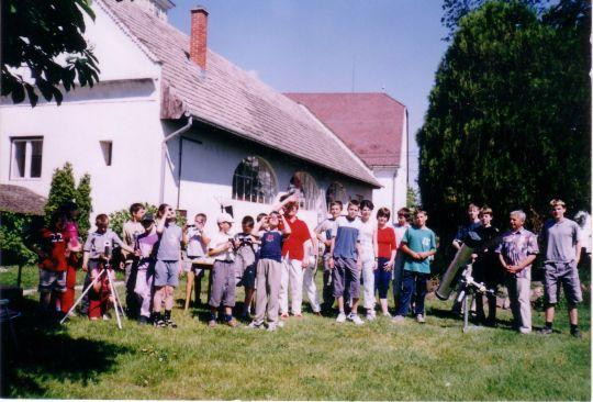 A 2004. június 8-i Vénusz-átvonulás alkalmából Gubicza László és Ivanics Ferenc tagtársunk Balatonkenesén, a Faluház előtti téren tartott távcsöves bemutatót a helyi Pilinszky János Általános Iskola tanulóinak és a nagyközség közönségének. A látványos jelenséget saját készítésű 156/988-as Newton-reflektorával kb. 500 érdeklődő láthatta.
