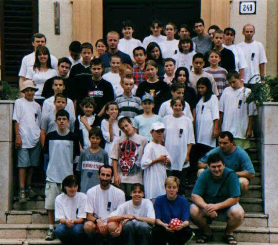 A Corvus 2001 Odyssey részvevői a Trencsén melletti Patrovec erdei iskolája előtt.