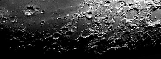 A holdfelszínről készült felvételünkön a Bullialdus Longomontanus környéke látható