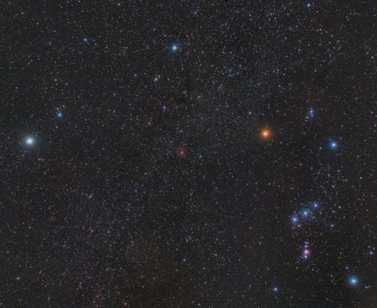 A téli Tejút az Orion és a Monoceros vidékén. A kép közepétől kissé feljebb a Rozetta-köd látható. Kovács Attila, 2009. január 25., 3x8 perc, ISO 800, alapobjektív