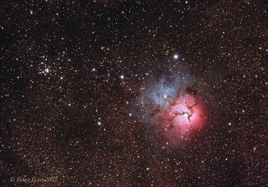 A csodálatos Trifid-köd és közelében az M21 nyílthalmaz. Éder Iván képe 13 cm-es apokromáttal készült Ágasváron