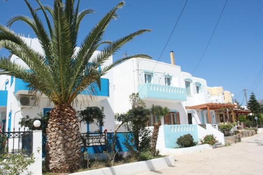 Apartmanházunk a Creta Sun Apartmans-nál, Makrigialosban. A pálmafa mögött lévő fölszinti stúdió volt a miénk