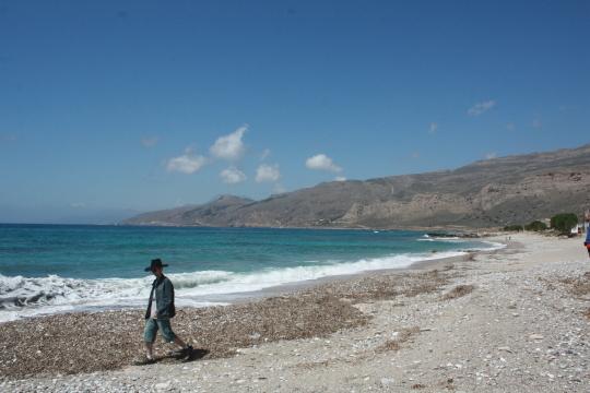 A Líbiai-tenger Gudurasnál. Kovács Gergő vidáman sétál a napsütésben