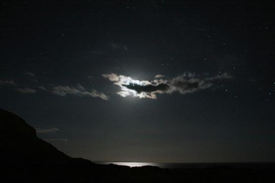 Éjszakai tájkép felhővel