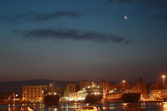 Holdkelte, alatta a Jupiterrel, Pireusz kikötőjéből