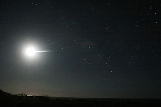 A tenger felett lebegő Hold és a Skorpió csillagkép, a Tejút legfényesebb foltjaival