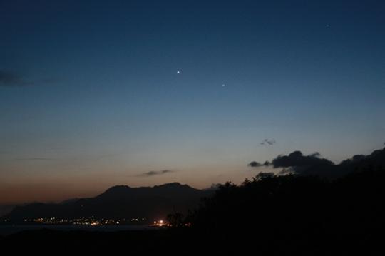 A Vénusz és a Merkúr bolygó a Makrigialos-öböl felett