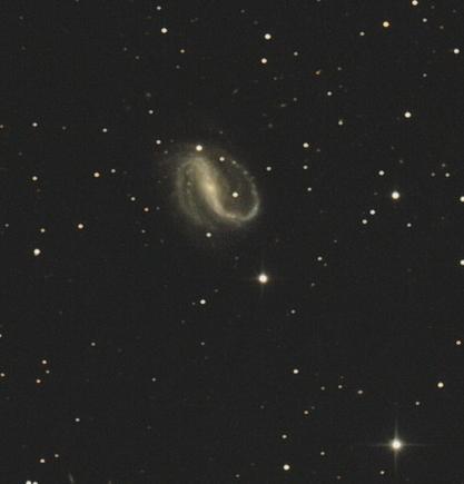 A gyönyörű szerkezetű küllős spirálgalaxis, az NGC 7479 Cserna Antal asztrofotóján. Vizuálisan már közepes méretű távcsövekkel is érzékelhető a két szép spirálkar a fényes mag körüli, elnyúlt ködösségben.