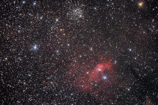 Az NGC 7635 DF Cas Klacsány Imre fotóján (15T, Canon 350D, 53 x 10 perc, ISO 800, Dunapataj). A kép felső harmadát a sűrű M52, és a jóval lazább Czernik 43 halmazok uralják
