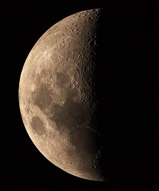 A Hold első negyed előtt, Kocsis Antal felvételén.
