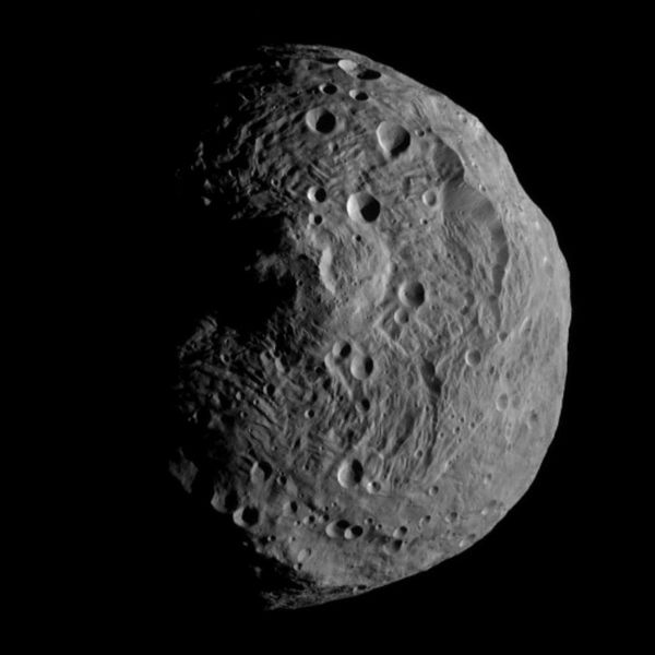 201212_600px-vesta_from_dawn,_july_17