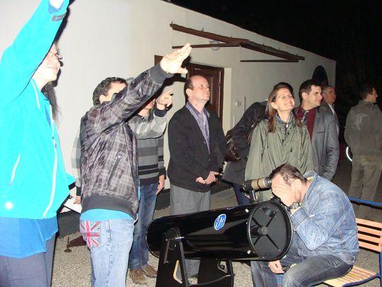 A kurzus résztvevői a Polaris teraszán gyakorolják az égi tájékozódást