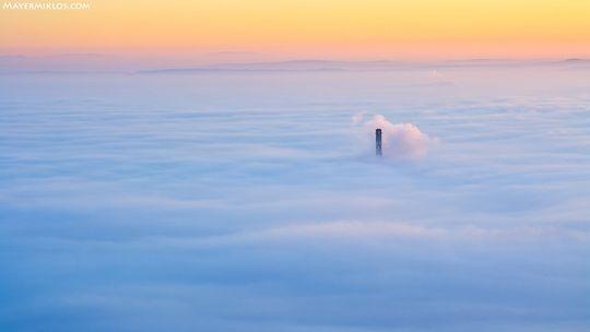 Ködpaplan Óbuda fölött, Mayer Miklós felvételén. A Polarist valahol a kéménytől jobbra lent kell keresni.