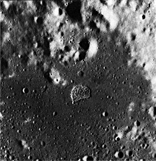 """Az Apollo-17 holdkörüli pályán keringő egysége metrikus kamerája felvételén jól látszik a mintegy 4 km átmérőjű """"D-alakú"""" lapos ményedés, az Ina. (kép: Ewen A. Whitaker, 1978, NASA Apollo-17 AS17-M-1672 felvétele)."""