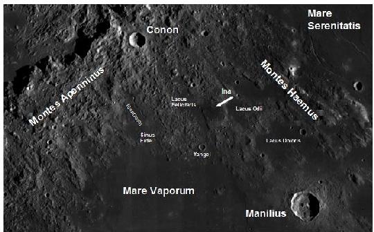 Az Ina a Mare Vaporum északi pereménél a Lacus Felicitatis keleti pereménél levő kis lapos magaslaton, plátón helyezkedik el. A terület megtalálását megkönnyíti a holdi Appenninek és Haemus hegység is, illetve a plátótól délre lévő Yangel kráter is. További jelentősebb kráterek a közelben a Manilius és Conon kráterek is. További ritkán észlelt érdekes alakzat a Rima Conon is. (kép: NASA LRO/LROC WAC holdi részlet a szerző által felíratozva).