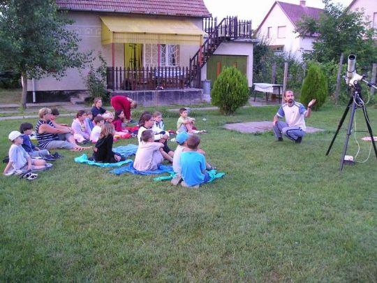 Amatőrtársunk fiatal érdeklődőknek magyarázza a távcső működését