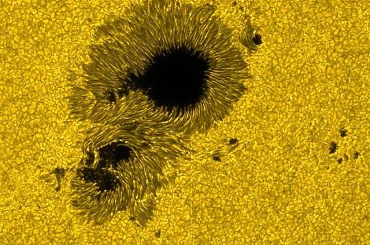 Egy napfolt nagyfelbontású képe, melyen jól megfigyelhető a penumbra szálas szerkezete
