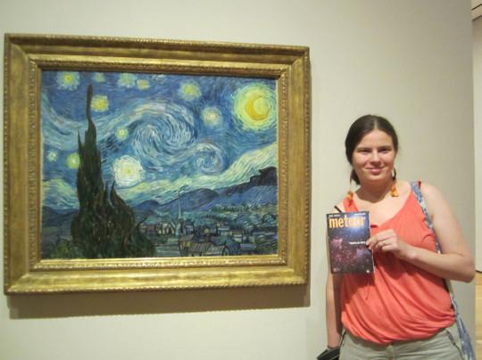 Sipőcz Brigitta New Yorkban, van Gogh Csillagos éjszaka című festményénél.