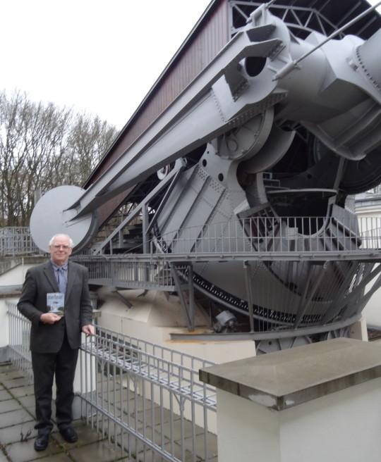 Harmatta János a berlini Archenhold Obszervatórium 68 cm-es refraktorával.
