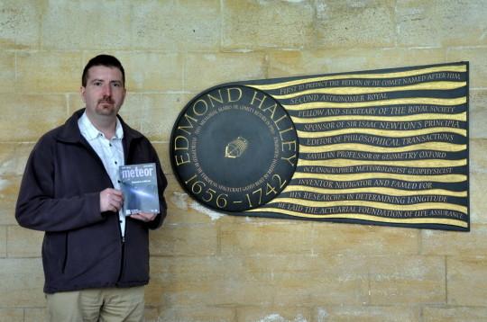 Pete Gábor a londoni Westminster apátságban, Edmond Halley emléktáblájánál.