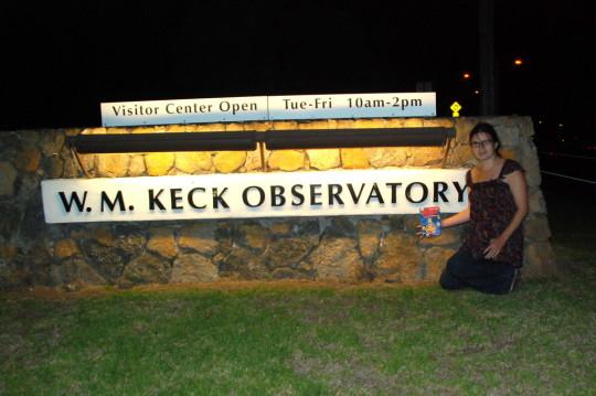 Sipőcz Brigitta a Keck Obszervatórium látogatóközpontjánál.