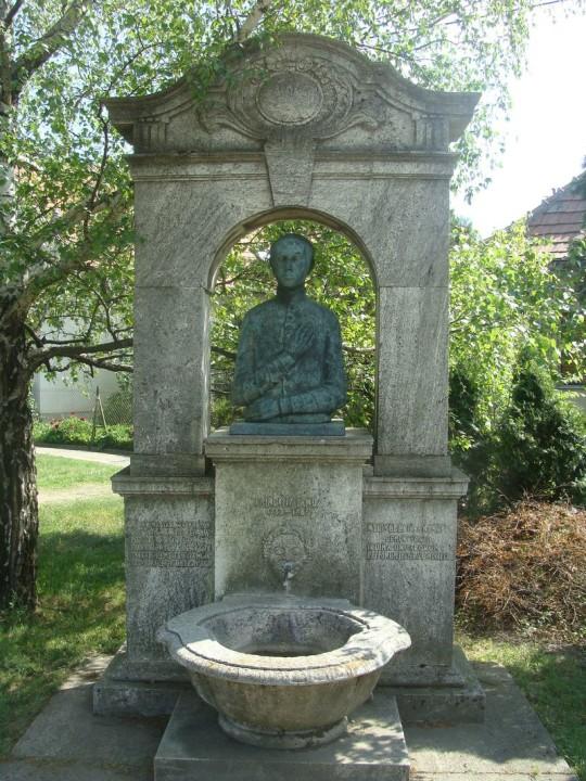 Sajnovics János szobra Tordason.
