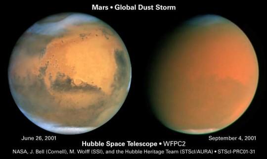 Bal oldalon egy tiszta marsi légkör, jobb oldalon pedig egy globáli porviharból származó porral teli légkör látható az űrből...