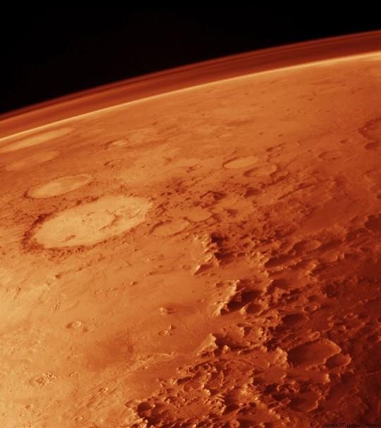 A Mars vékony szén-dioxid légköre egy keskeny narancssérga csíkban látszódik a műholdakról készített felvételeken.