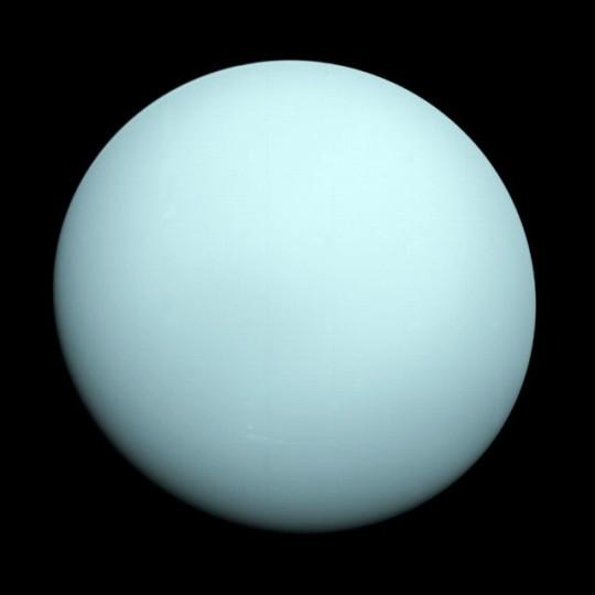 Az Uránusz jellegtelen légköre a Voyager 2 felvételén.