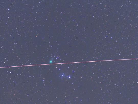 A Jacques-üstökös május 30-án a Karácsonyfa-halmaz mellett. Ekkor hazánkból már nem volt látható. A fényes csík az ISS  nyoma. Minoru Yoneto fotója Új-Zélandról készült.