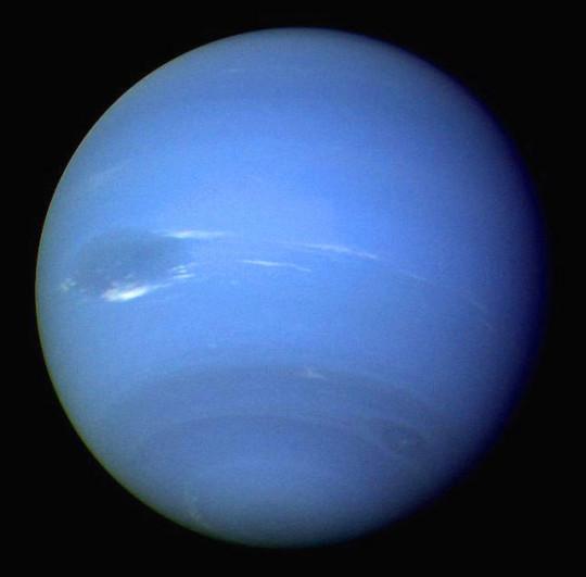 A Neptunusz légköre a Voyager 2 felvételén, melyen jól azonosítható a Nagy Sötét Folt, valamint más felhőrétegek is.