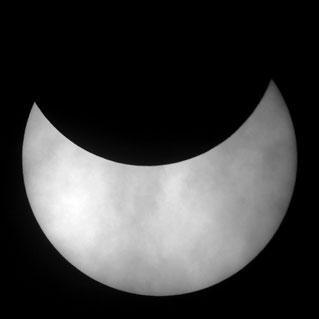 1. ábra. A 2005.10.03-i gyűrűs napfogyatkozás hazánkból részlegesként látszott (Hingyi Gábor felvétele)