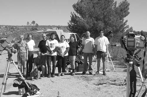 3. ábra. Tagjaink több expedíciót is szerveztek a 2005. október 3-i gyűrűs napfogyatkozás megfigyelésére. A csoportkép a spanyolországi megfigyelőhelyen készült