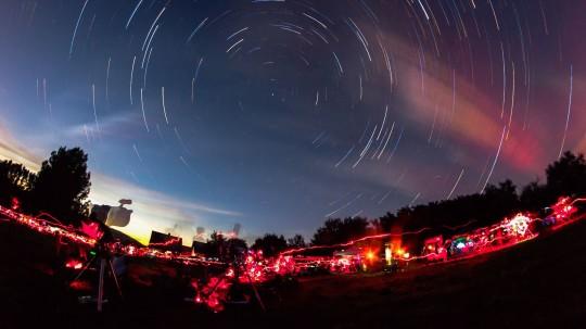 Éjszakai panoráma az észlelőlámpáktól vöröslő réttel (Szklenár Tamás felvétele).
