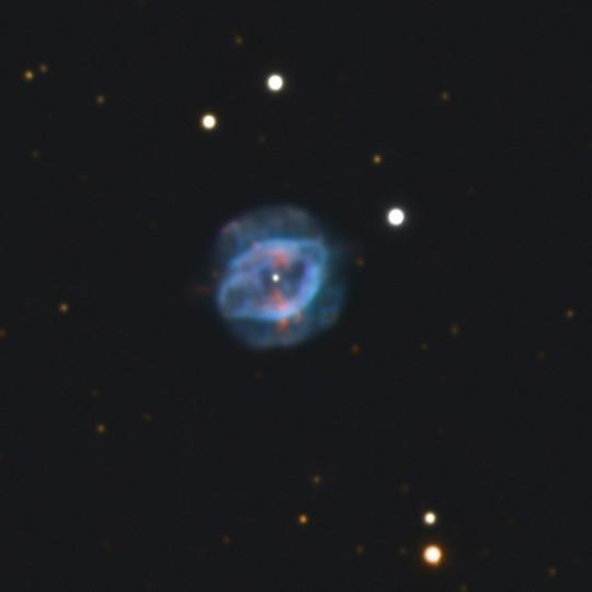 Az NGC 7354 planetáris köd.