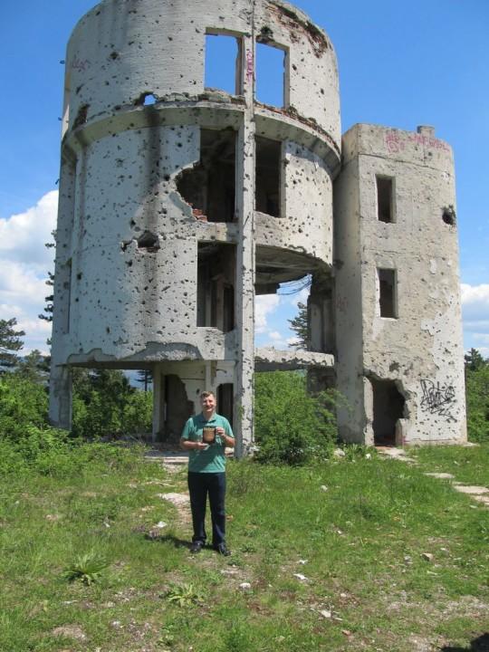 Juhász László a lerombolt szarajevói csillagvizsgálónál.