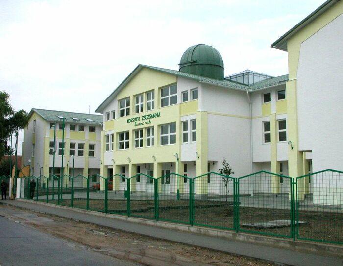 A Kossuth Zsuzsanna Szakképző Iskola tetején található Gordon Hopkins Obszervatórium.
