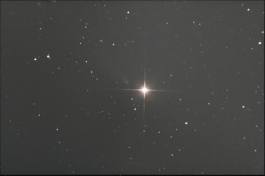 A Finlay-üstökös épp kitörésben látható a Mars mellett Hadházi Csaba felvételén.