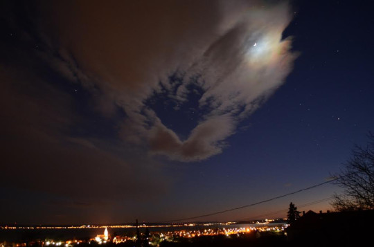Holdfény okozta irizáló felhők
