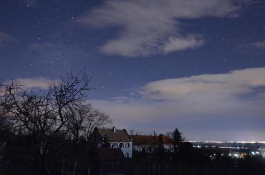 Landy-Gyebnár Mónika felvételén a néhai Ponori Thewrewk Aurél paloznaki háza felett kel az Orion csillagkép