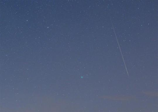 Fényes meteor a C/2014 Q2 (Lovejoy) üstökös mellett