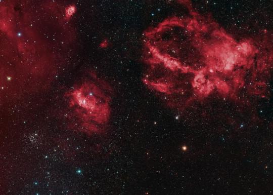 A Sharpless-157 és környéke. Balra lent a Buborék-köd, feljebb a nagy, háromágú ködösség a Sh2-157. Alistair Symon felvétele