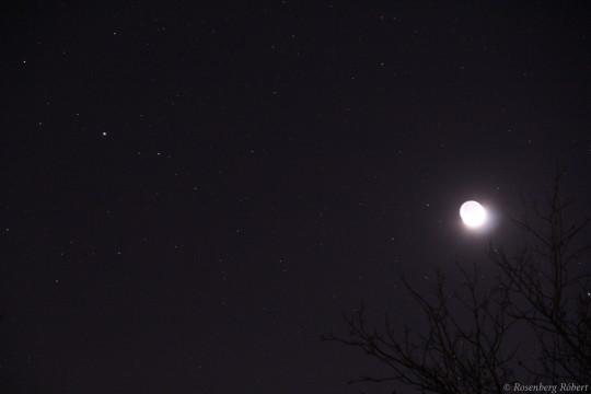 A Mars és a Hold december 24-én kora este.